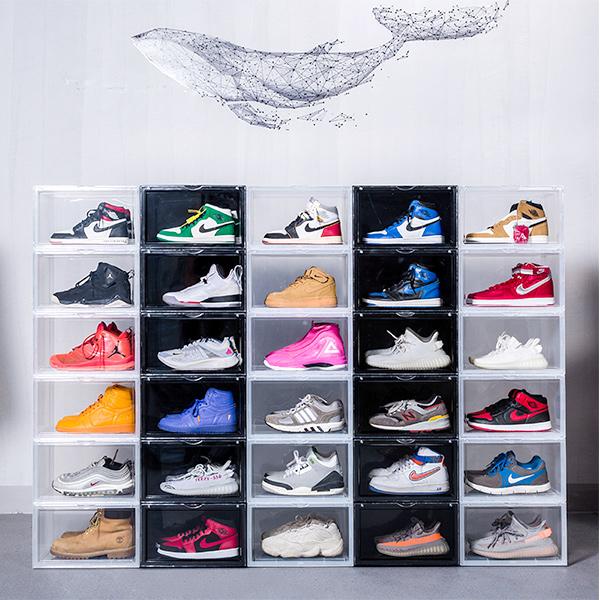 お気に入りのスニーカーコレクションを観賞するスニーカーボックス