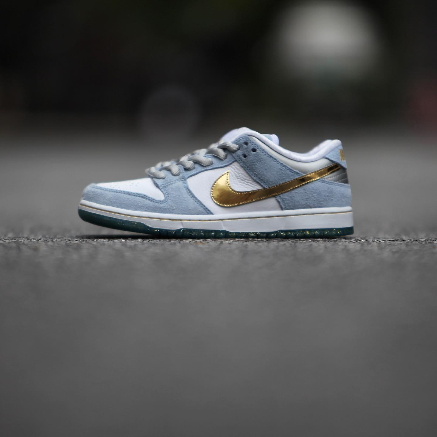 NIKE SB DUNK LOW ショーン クライヴァー Holiday Special DC9936-100