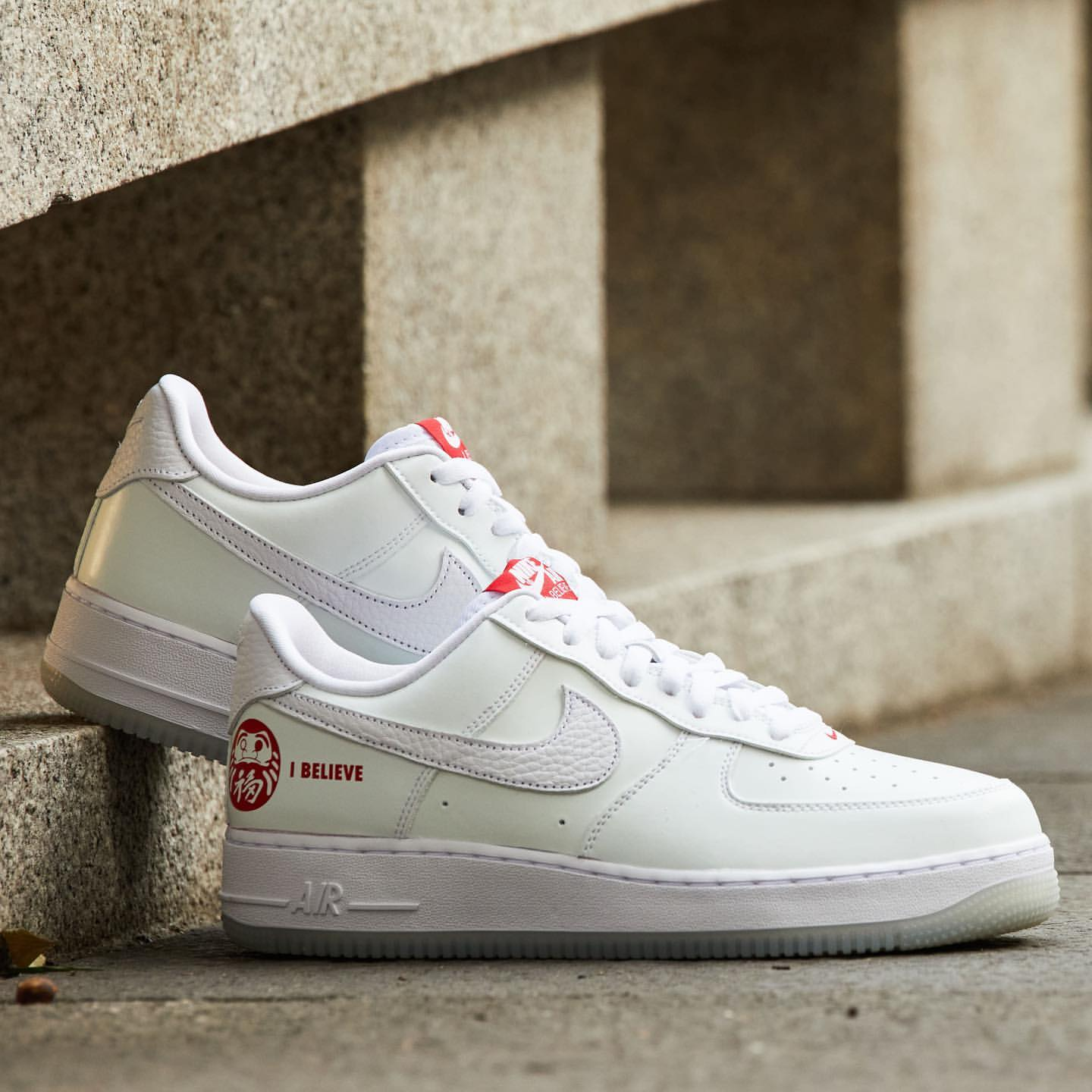 NIKE AIR FORCE 1 '07 PRM I BELIEVE DARUMA DD9941-100
